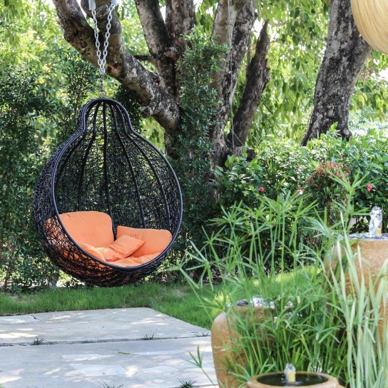 giardino con sedia sospera in ferro