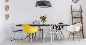 sedie diversi materiali con tavolo in legno