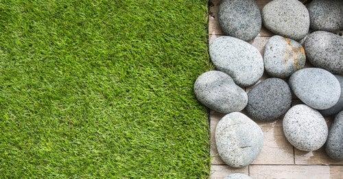 Erba artificiale e vinile con pietre
