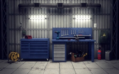 Garage con tavolo da lavoro
