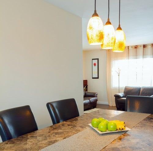 Illuminazione con tre lampade che scendono dal soffitto