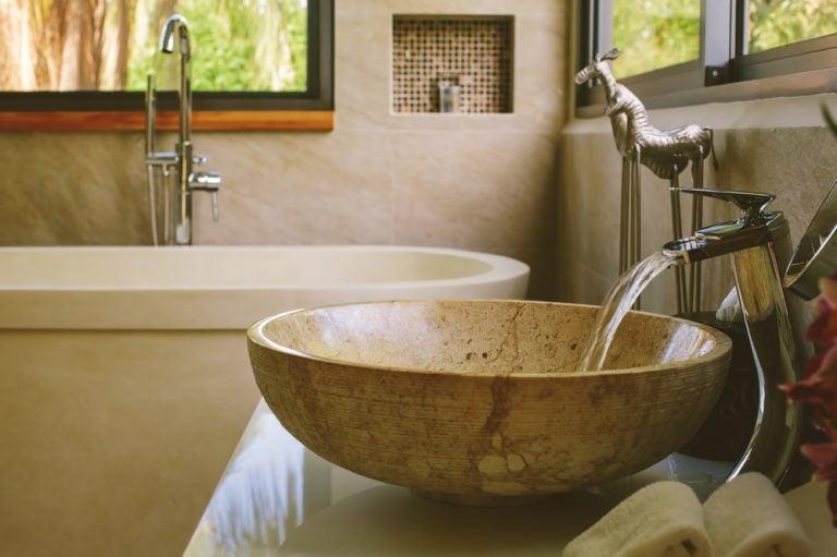 lavabo in pietra con consolle in ceramica