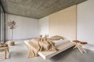 Camera da letto con i colori della terra.