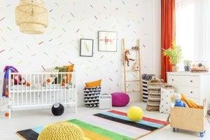 Pareti di una stanza per bambini con strisce colorate