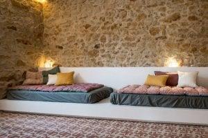 parete di pietra in soggiorno con divano basso zen