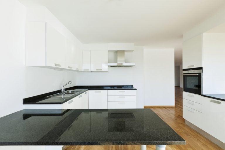 cucina bianca con piano lavoro in marmo nero
