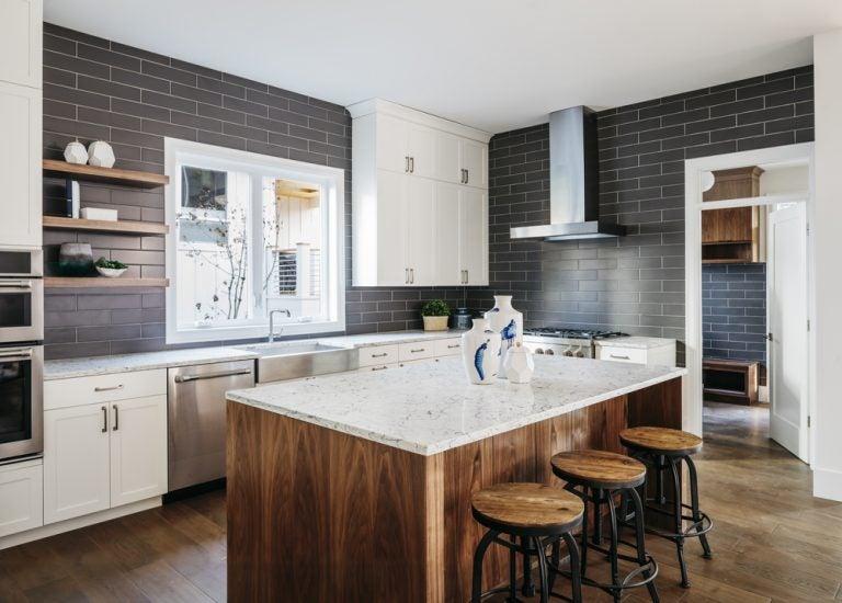 cucina con isola e sgabelli in superficie di legno
