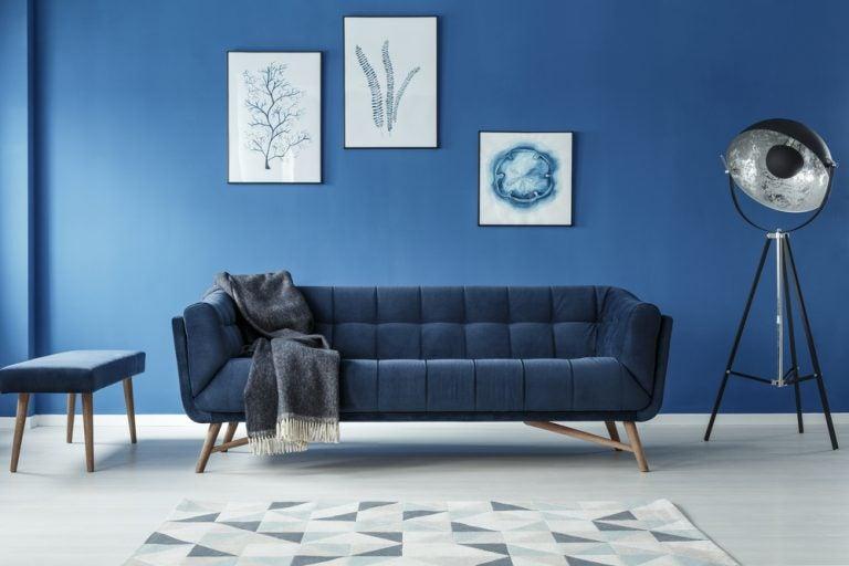 soggiorno con quadri su parete blu