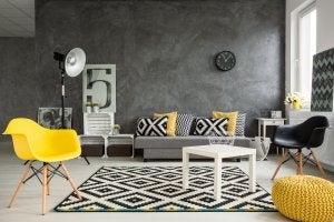 Soggiorno in tonalità di nero, grigio e giallo.