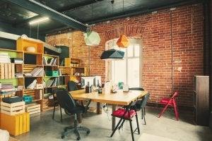 Gli scaffali come idea di come dsutribuire un loft