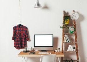 Studio con scala decorativa per oggetti