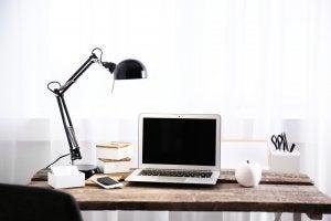 Illuminazione naturale sulla scrivania.
