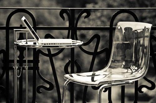 Sedie in plexiglas: un modo elegante di ottimizzare lo spazio