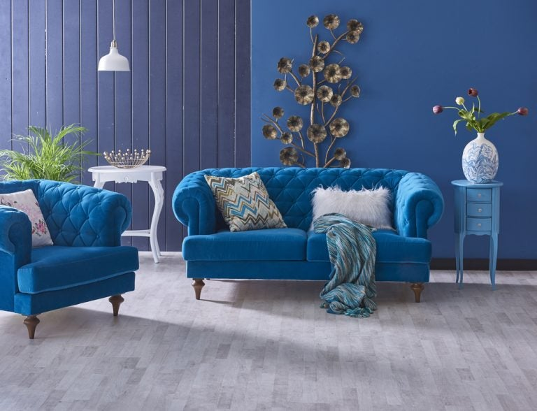 stanza con divano e muri azzurri