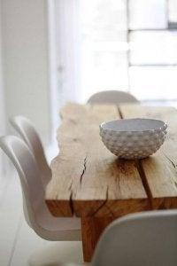 legno massello con sedie bianche