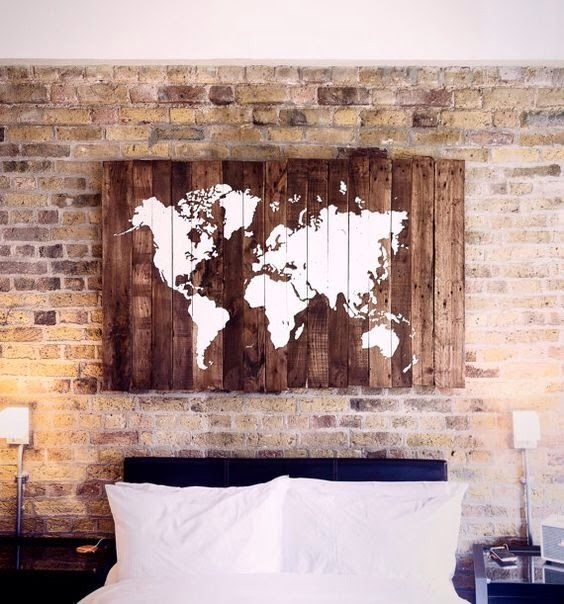 stanza da letto con quadro in pali di legno