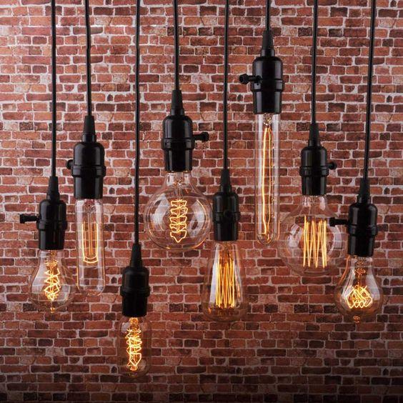 lampadine su sfondo a muro di mattoni