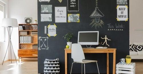 Ufficio in casa con lavagna