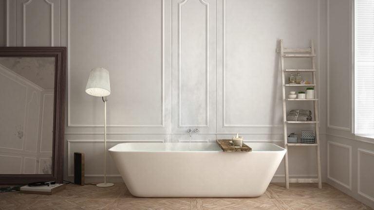 vasca da bagno con lampada bianca