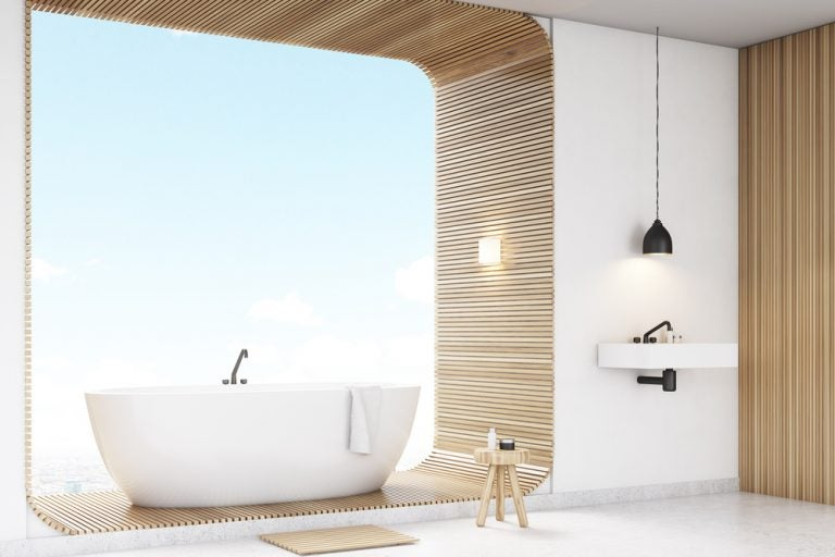 vasca su base in legno e sgabello