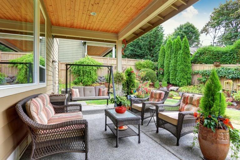 veranda con tavolino sedie e dondolo