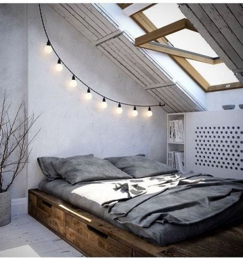 Ghirlanda di luci intorno alla testata letto