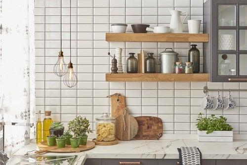 Mensole per ottimizzare lo spazio in cucina