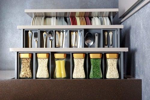 Organizzatori nei cassetti per ottimizzare lo spazio in cucina