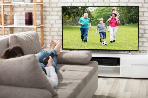 Come scegliere la posizione migliore per il televisore in salotto
