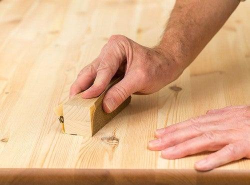 Proteggere il legno con la carta abrasiva