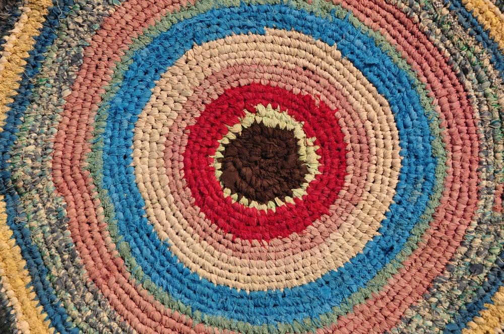 tappeto di fettuccia colorata all'uncinetto
