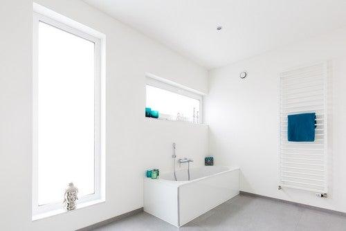 Termosifoni-portasciugamani in bagno chiaro