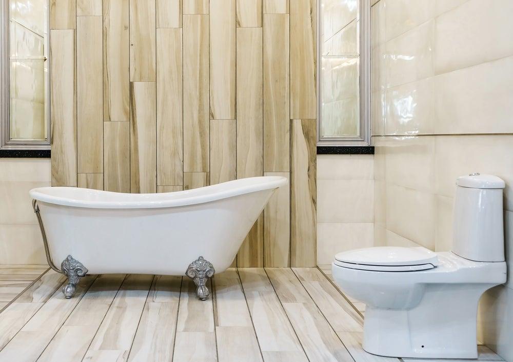 Vasca da bagno antica in bagno moderno