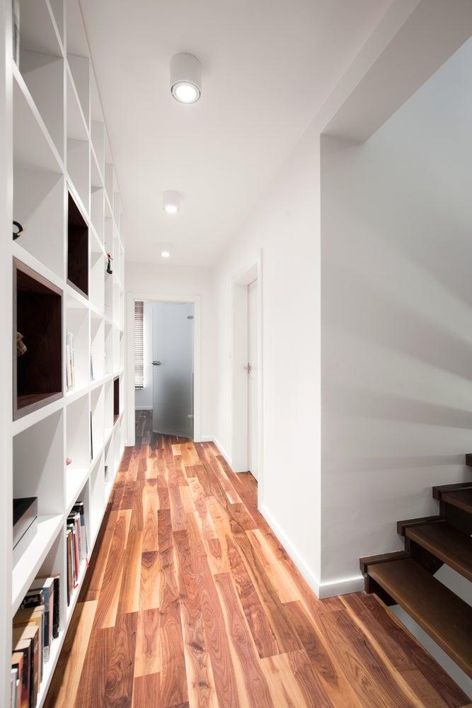 corridoio con parquet e libreria a muro