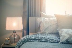 Illuminazione in camera da letto.