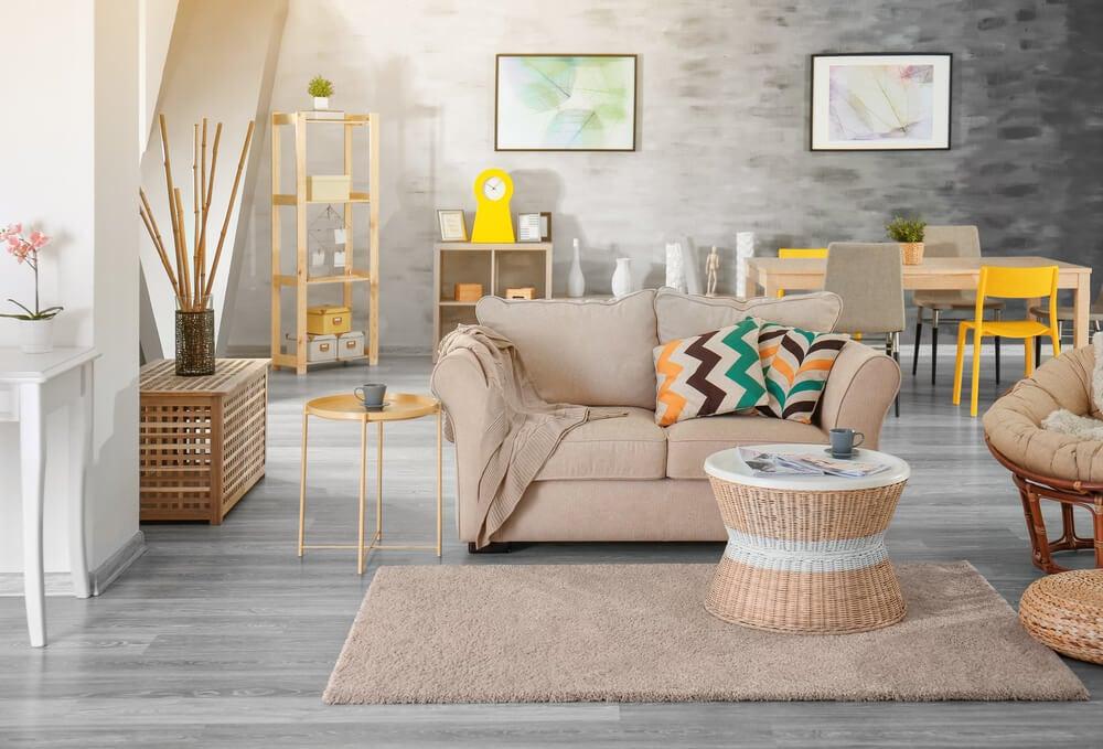 Soggiorno con divano tappeto e tavolino da caffè