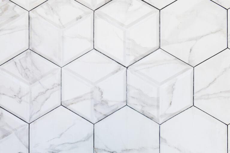 mattonelle bianche in marmo per il bagno