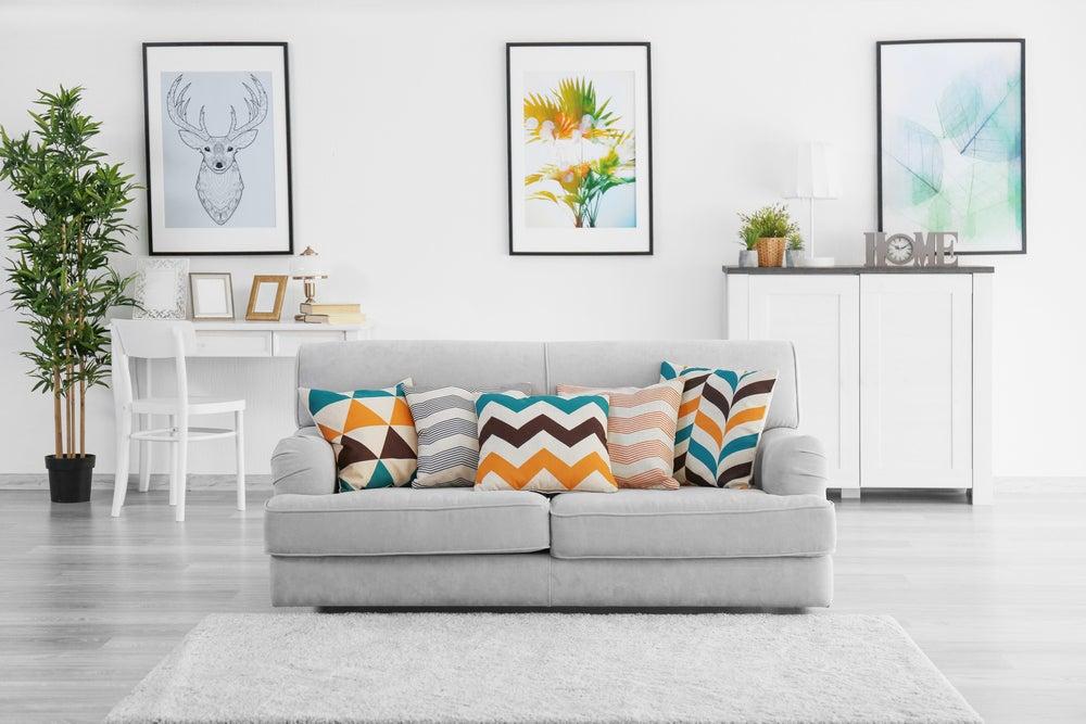 Divano con cuscini colorati