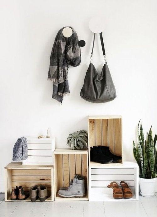 Come creare una scarpiera con delle casse di legno