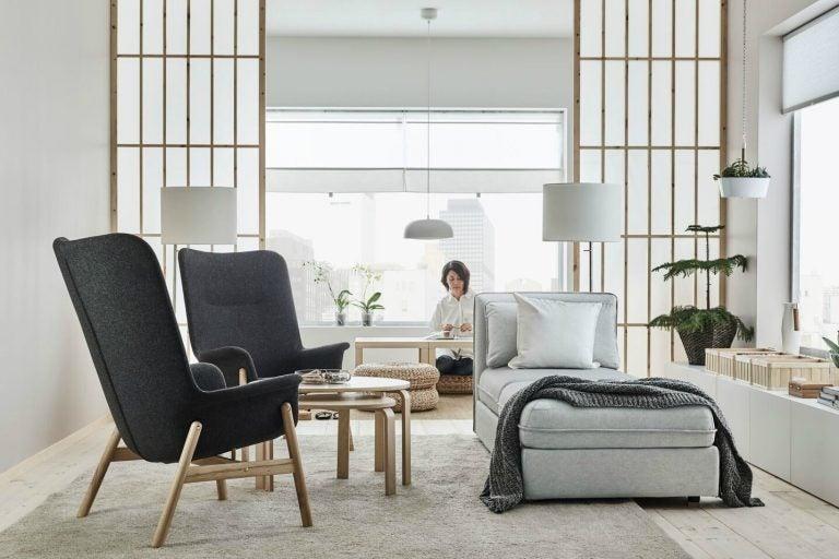 Salotto minimalista con poltrone IKEA
