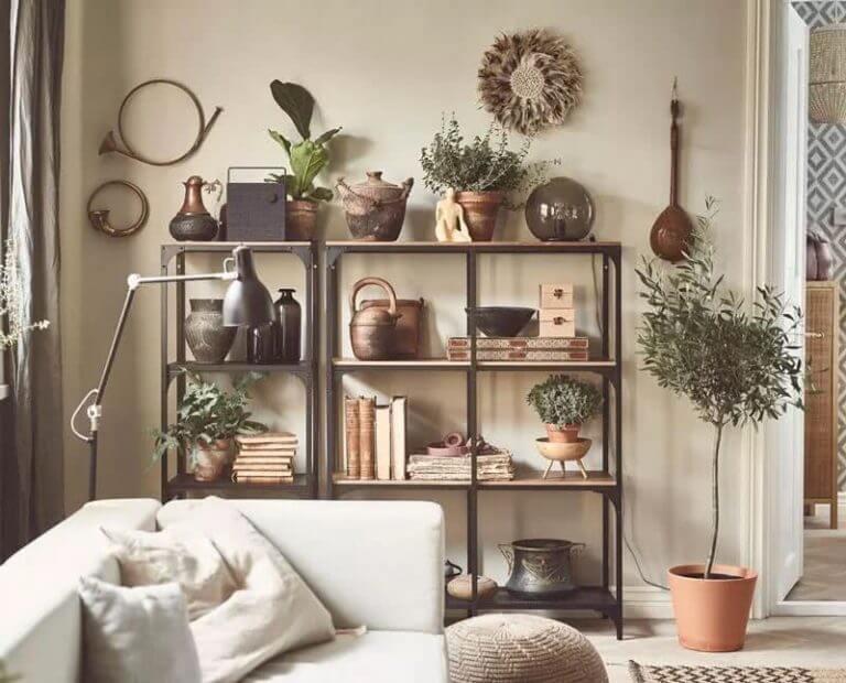 Scaffale con vasi e oggetti vari