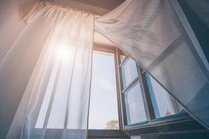 finestra aperta per ventilare gli ambienti