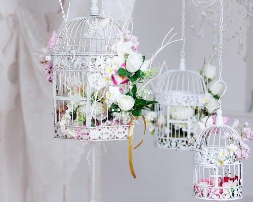 Alcune gabbie decorative bianche