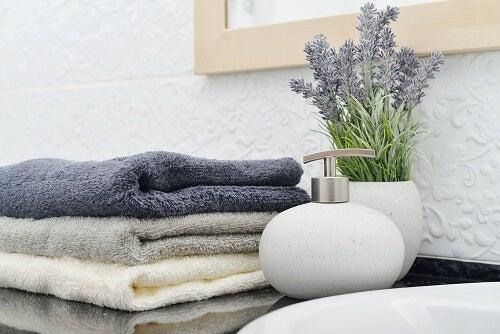 Asciugamani e dosatori, accessori per il bagno utili