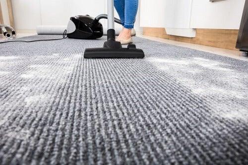 Come lavare i tappeti senza rovinarli in 3 passi