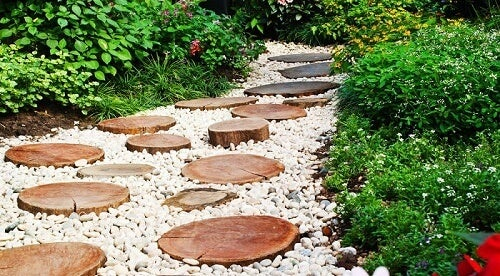 Ceppi usati per percorsi in legno riciclato