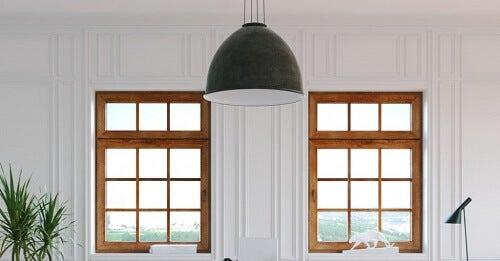 Un'idea per decorare le finestre senza tende con lampadario sospeso