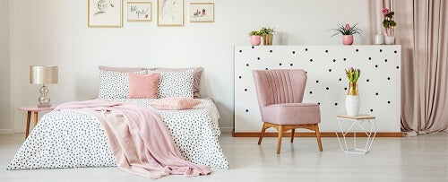 Esempio di come decorare la camera da letto in modo sobrio rosa