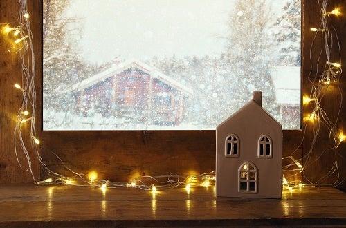 Un'idea per decorare le finestre senza tende con luci