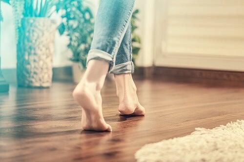 Una ragazza cammina senza scarpe dentro casa